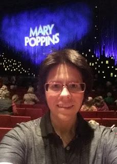 Dani vor der Leinwand auf der Mary Poppins steht
