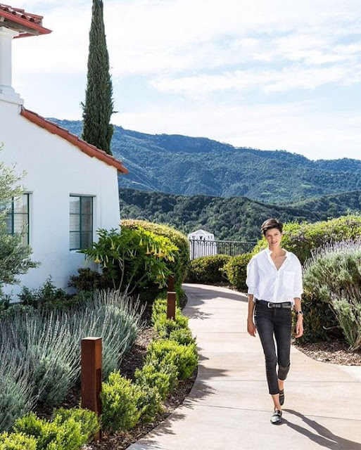 Lawren Howell takes a stroll in gorgeous Ojai, CA. - @ onekingslane