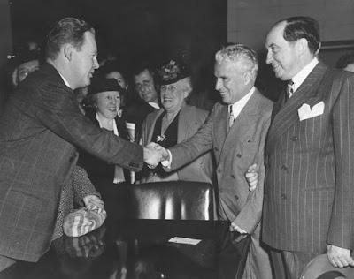 Чаплин пожимает руку прокурору Чарльзу Карру после того, как признан невиновным в нарушении закона Манна