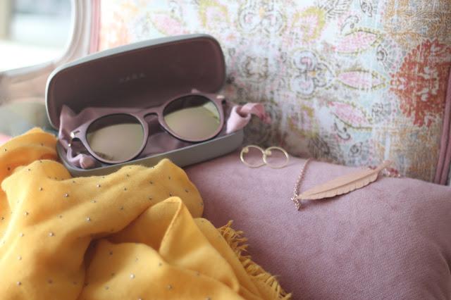 photo-complementos-maituins-gafas_zara-foulard-mostaza-cosette-pendientes-2enespiral-collar-market