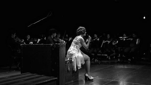 Adriana Queiroz em palco a cantar Kurt Weill
