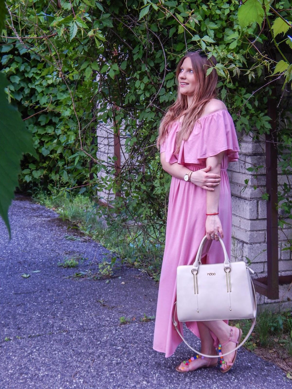 4 długa sukienka maxi hiszpanka wakacyjna stylizacja sandały z pomponami kolorowymi nobo bag beżowa torba a4 ze złotymi elementami złoty zegarek złota biżuteria