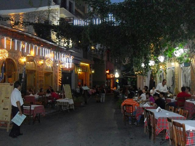 Cenando en el barrio de Plaka en atenas