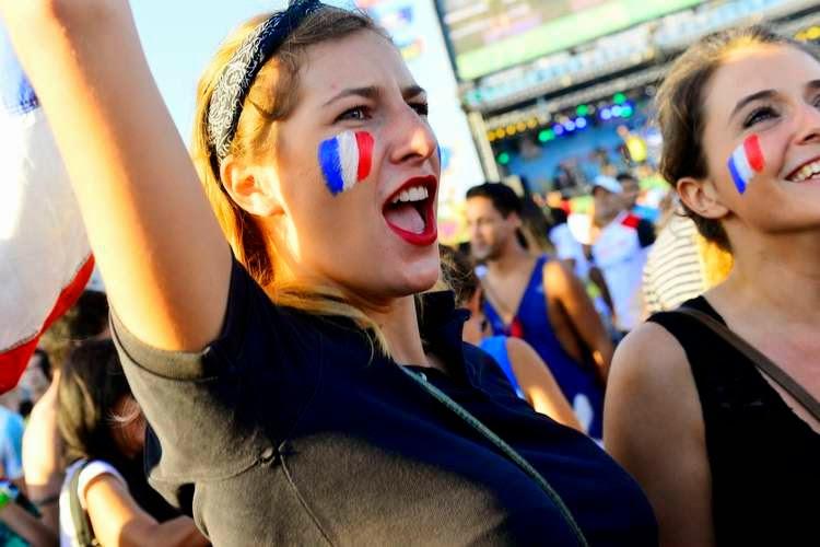 những fans nữ xinh đẹp cổ đội tuyển Pháp trong trận gặp Honduras