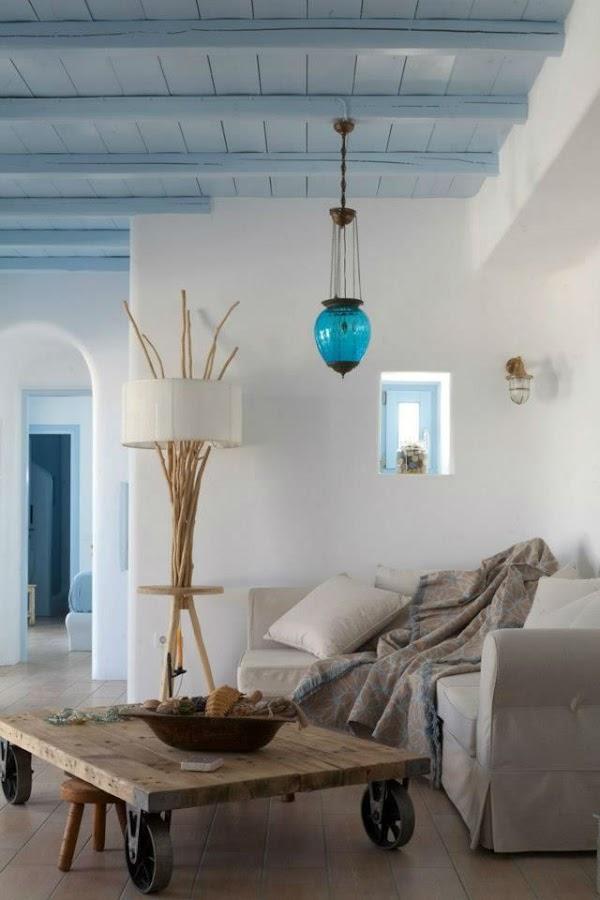 Salón con techo pintado de azul claro
