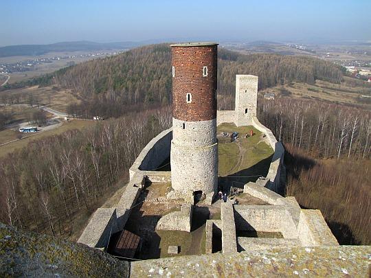 Widok ze wschodniej wieży na dziedzińce zamkowe