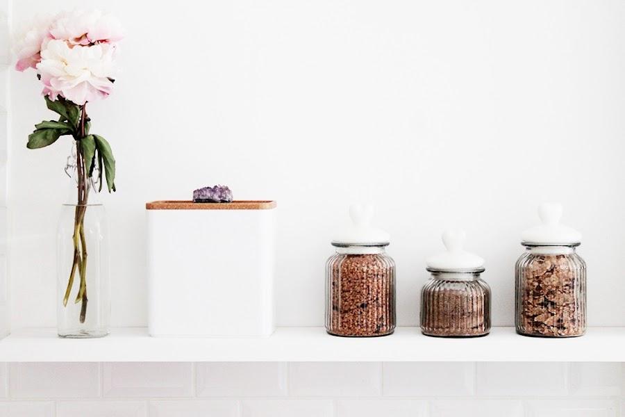 Detalles de una cocina blanca decorada en oro y cobre