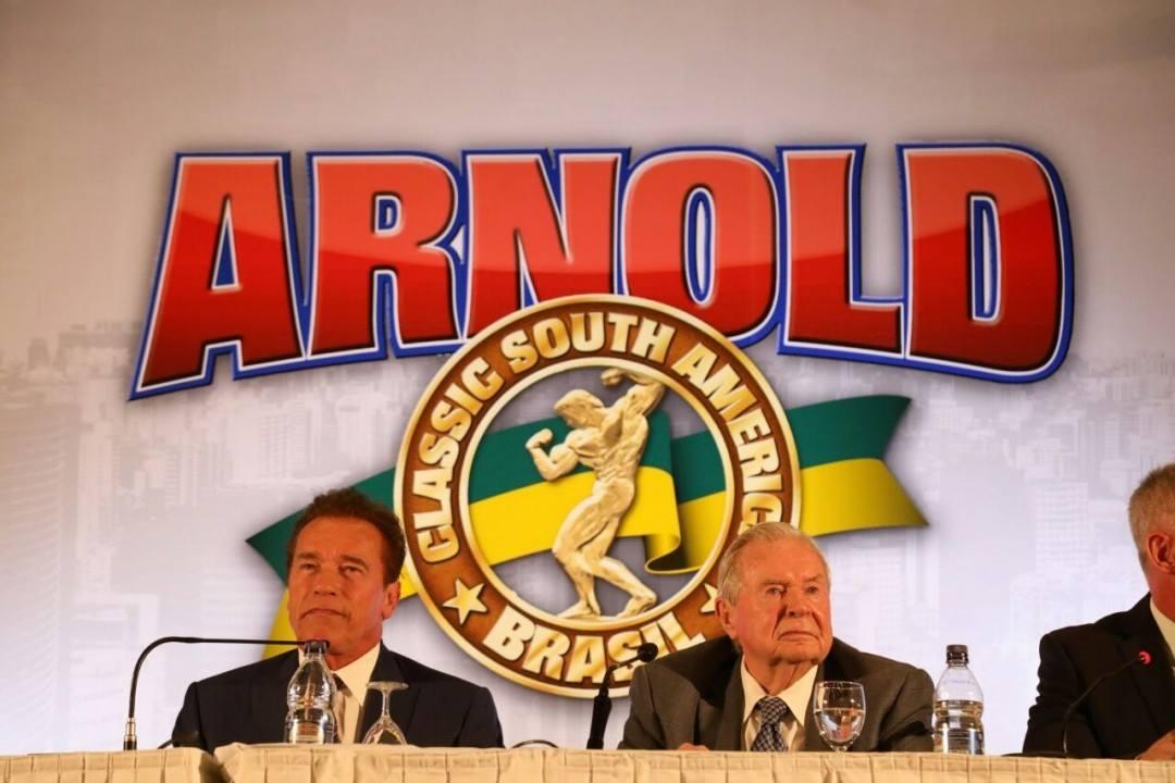 Arnold Schwarzenegger responde perguntas durante coletiva de imprensa. Foto: Divulgação