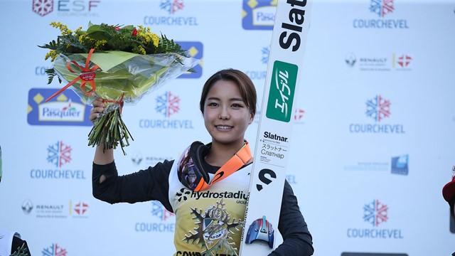 Sara Takanashi vence mais uma no Grand Prix de Esqui Saltos