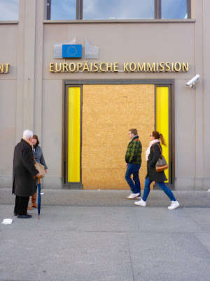 Verrammelte Tür des Informationsbüros der Europäischen Kommission in Berlin ...