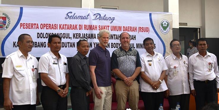Wakil Bupati Humbang Hasundutan, Saut Parlindungan Simamora (tiga kanan) foto bersama dengan pihak Yayasan Body & Soul Ministries, Danny Carrigan (empat kanan) dan Greg Smith usai pembukaan operasi katarak gratis di RSUD Doloksanggul (23/3/2017).
