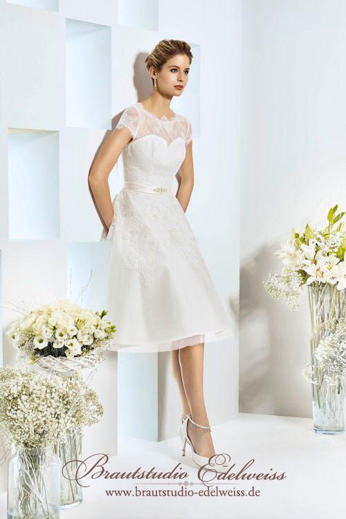 Kurzes Brautkleid knielang aus Spitze und Tüll. Petticoat Standesamtkleid ivory.