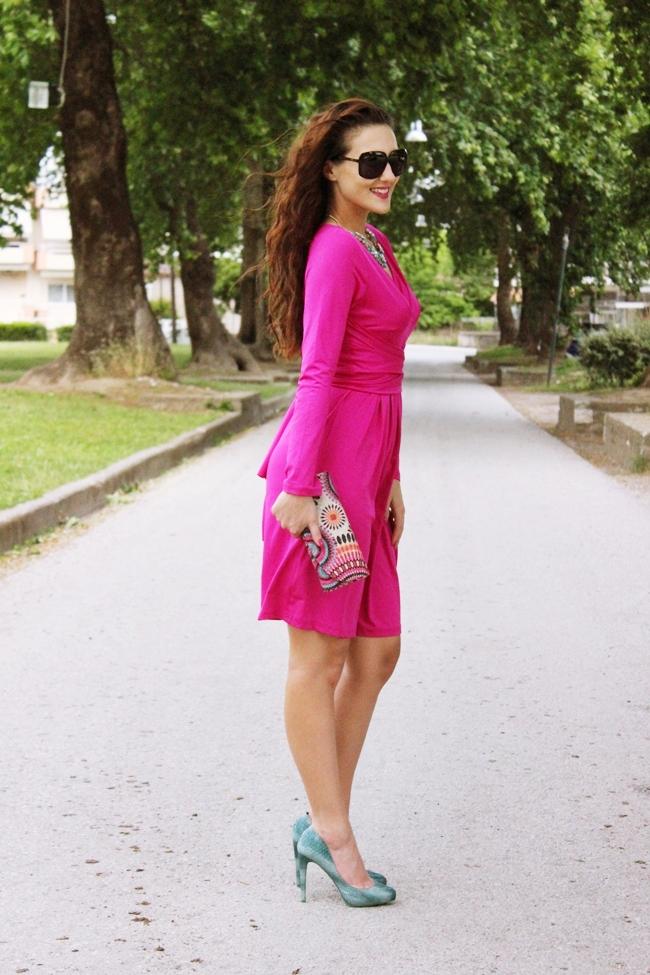 sareni i razigrani outfit pink i tirkizna boja