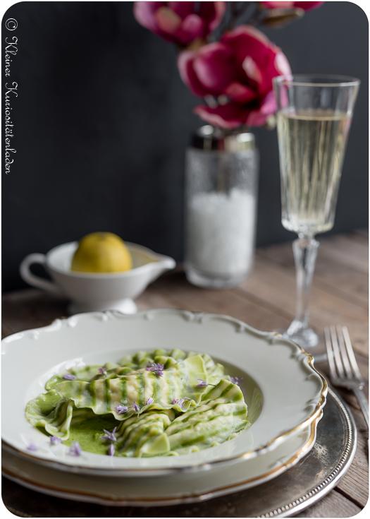 Gestreifte Hechtravioli mit Grüner Weinschaumsauce