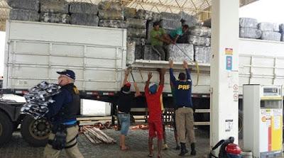 Carreta com mais 40 toneladas de confecções foi apreendida pela PRF no Sertão de PE