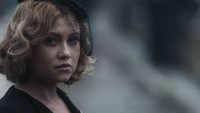 Marion (Ellen Rocche) vai escondida ao enterro de Júlio (Antonio Calloni) — Foto: Globo