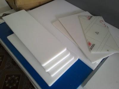 Tấm thớt nhựa PP, PE có độ dày chênh lệch nhau tùy vào chất liệu nhựa dùng và sản phẩm mà các nhà sản xuất hàng hóa có thể lựa chọn loại nhựa PP hay PE phù hợp với nhu cấu và mục đích sử dụng của quý công ty