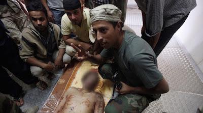 El cuerpo de Muammar Gaddafi es exhibido en un congelador en Misrata.Saad ShalashReuters