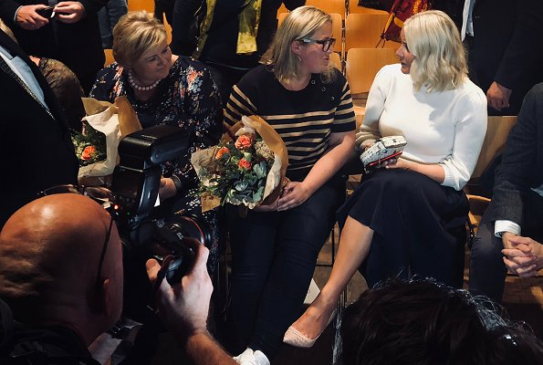 "Prime Minister Erna Solberg and author Olaug Nilssen about the author's ""Tung tids tale"" book. Yvonne Kone Pumps, MaxMara skirt"
