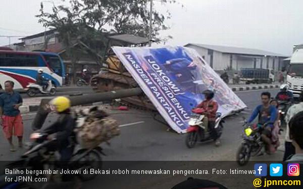 Baliho Bergambar Jokowi Roboh Tewaskan Pengendara