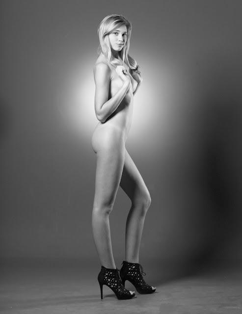 Bild av en topless blond modell som poserar sensuellt