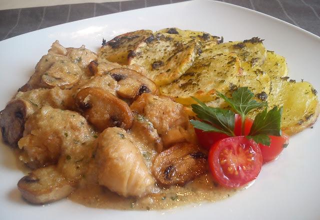 Pollo de yuba en salsa de almendras con patatas al horno.