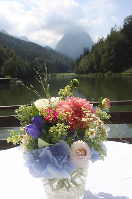 Empfang Heiraten in Bayern, Hochzeit in den Bergen von Garmisch-Partenkirchen, Riessersee Hotel - getting married in Bavaria, Bavarian style wedding, dunkelblau und bunte Wiesenblumen