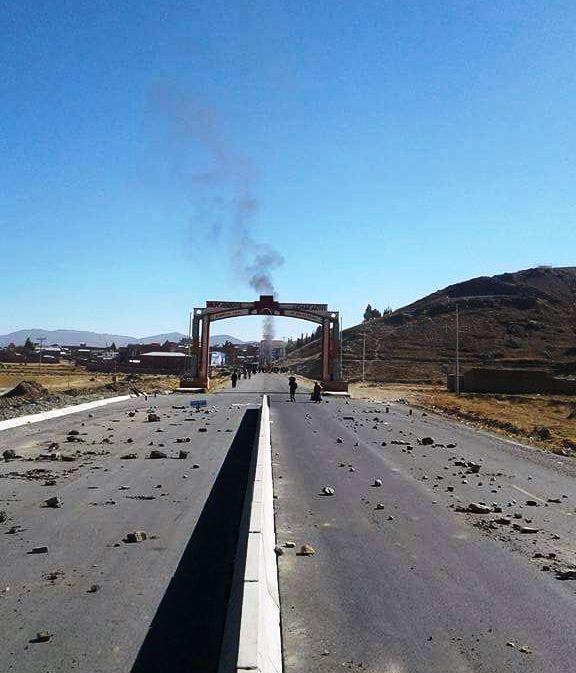 Achacachi cumplió su primer día de paro cívico con cierre parcial de rutas en el altiplano. Mañana definirán otras medidas