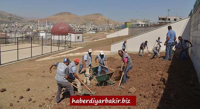 Diyarbakır Büyükşehir Belediyesi, Çermik'te okul bahçesini düzenledi