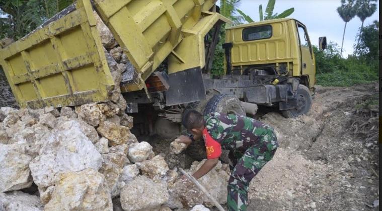 Patut Ditiru, Dandim 1407/Bone Angkat Batu Bersama Satgas TMMD dan Masyarakat