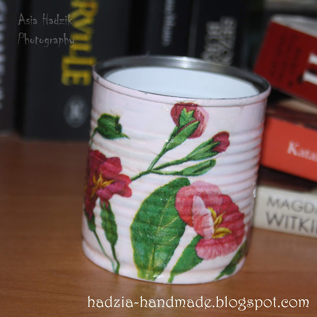 695. Puszka z różowymi kwiatami