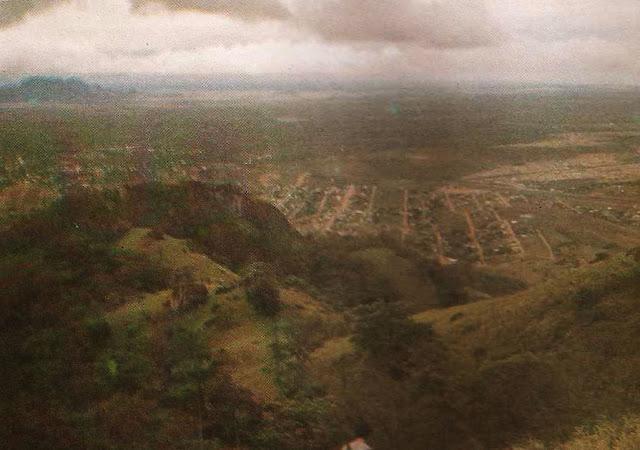 Foto 8 - Paisagem obtida da encosta norte do Mestre Álvaro, vendo-se loteamentos ainda incipientes no município da Serra. Ao fundo e à direita está Nova Almeida. Foto do autor, outubro de 1989.