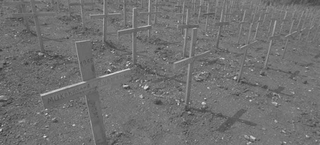 Cemitério com inumeras tumulos com as cruzes em Nyanza, na zona rural de Kigali, em Ruanda. Durante o genocídio, 10 mil pessoas foram queimadas e mortas no vilarejo, enquanto tentavam escapar para o Burundi.