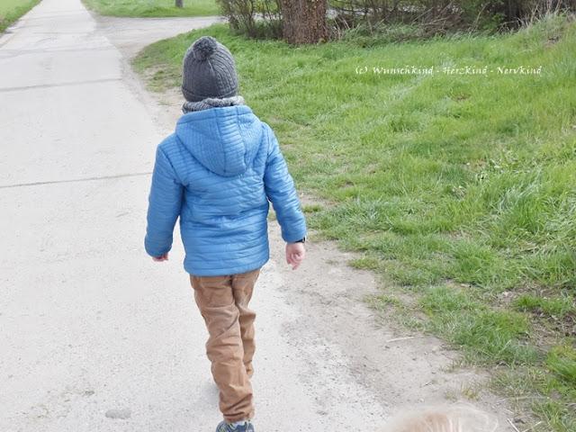 Ab wann dürfen Kinder alleine raus? Was sollte beim alleine rausgehen beachtet werden? Kann mein Kind schon alleine zum Bäcker? Irgendwann wollen unsere Kinder selbstständiger werden und mit einigen Tipps und Vorbereitungen können wir unsere Kinder auf ihre ersten Schritte alleine draußen vorbereiten.