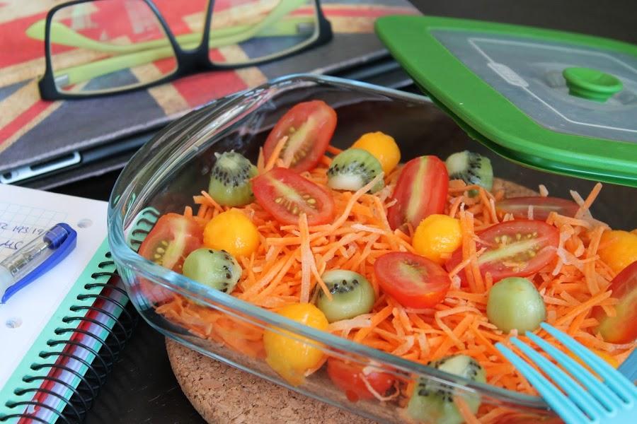 Ensalada de zanahoria, cherry y bolitas de kiwi y mango para llegar al trabajo