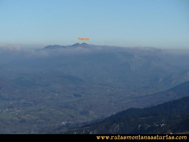 Ruta de las Foces del Rio Pendón y Varallonga: Desde ell pico Varallonga, vista del Pienzu