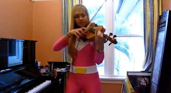 Power Ranger Rosa a tocar o tema dos Power Rangers em violino (video)