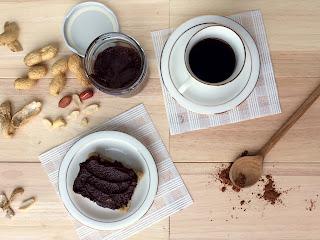 Chléb s arašídovo-kakaovou pomazánkou