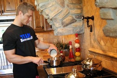 culturista cocinando en la cocina