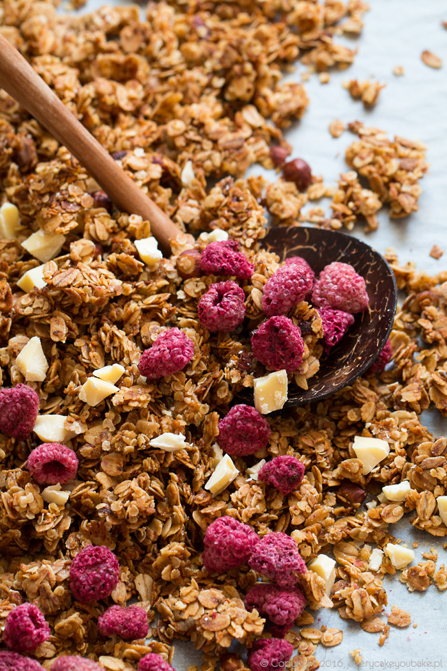 granola malinowa z kokosem, suszonymi malinami i białą czekoladą