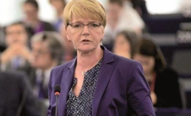 Gabi Zimmer: Να σώσουμε την Ελλάδα από το σατανικό παιχνίδι μεταξύ Schaeuble και ΔΝT