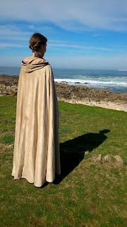 capa medieval marron diy con capucha