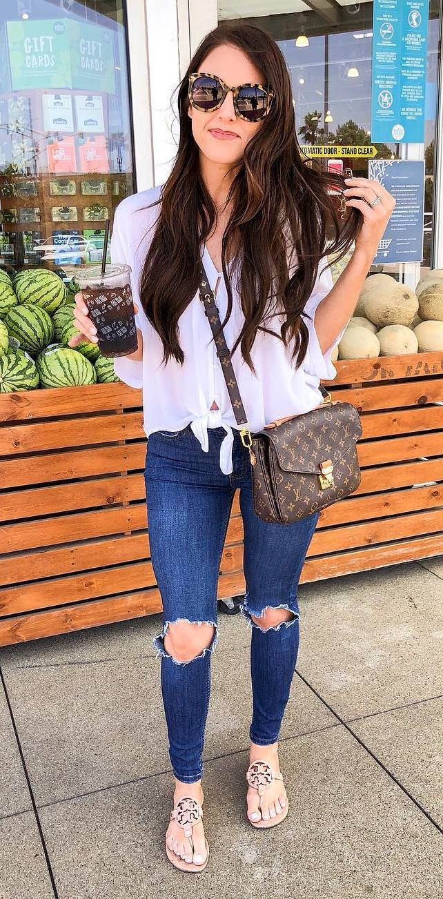 what to wear with a pair of skinny jeans : top + crossbody bag + beige slides