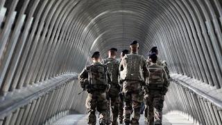 Tropas francesas del Operativo Sentinelle patrullan las calles de La Defense, en las afueras de París. / AFP