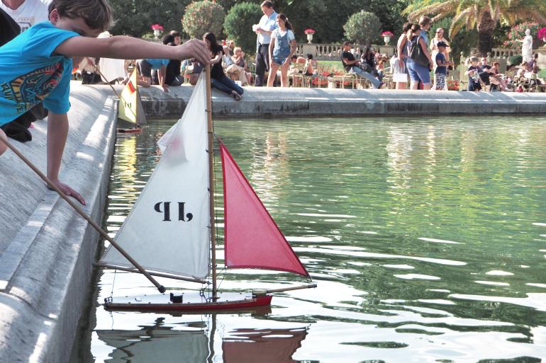 Bateau à voile dans la fontaine du jardin du luxembourg