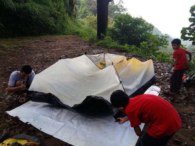 mendirikan tenda di Sukamantri