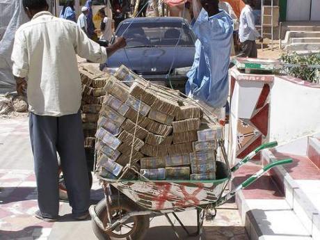 Punya uang 100 miliar rupiah? Jika punya uang sebegitu banyak, apa yang akan anda lakukan? Dengan uang sebanyak itu, kamu bisa membeli apapun yang kamu mau, rumah, mobil, perhiasan dan barang mahal lainnya pasti bisa kamu dapatkan.   Lain lagi jadinya jika kamu punya uang 100 miliar saat di Zimbabwe. Walau sangat banyak, uang 100 miliar di sana hanya laku untuk membeli tiga butir telur saja, percaya?  Begitulah fakta yang terjadi di Zimbabwe krisis ekonomi terjadi di negara tersebut dan membuat negara yang berbatasan dengan Afrika Selatan ini menderita hiperinflasi pada tahun 2008 dan 2009. Karena hal itu, mata uang Zimbabwe menjadi tidak bernilai karena bank sentral terus menerus mencetak uang demi menutupi defisit yang parah. Dilansir situs Cavenmansircur.com, uang 1 dolar AS atau sekitar Rp 13.000 setara dengan 35 triliun dolar Zimbabwe. Wah, parah banget bukan perbedaannya?  Krisis di Zimbabwe mulai terjadi sejak Presiden Robert Mugabe mengeluarkan kebijakan radikal soal distribusi lahan pada akhir tahun 1990-an dan awal 2000-an.  Akibatnya, Zimbabwe mengalami kekurangan bahan pokok dan bank sentral Zimbabwe terus mencetak uang untuk membiayai defisit anggaran.