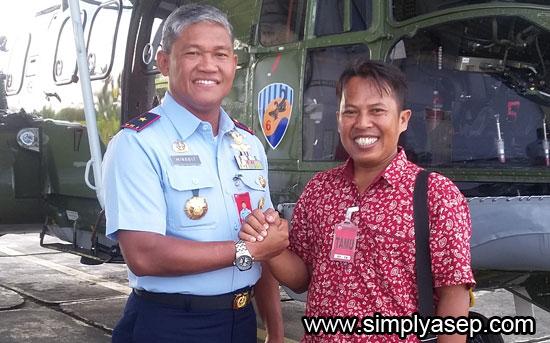 SALAM KOMANDO : Penulis berfoto bersama Danlanud Supadio Marsma TNI Minggit Tribowo, S.IP di Main Apron Lanud Supadio, Senin (2/10). Foto Istimewa