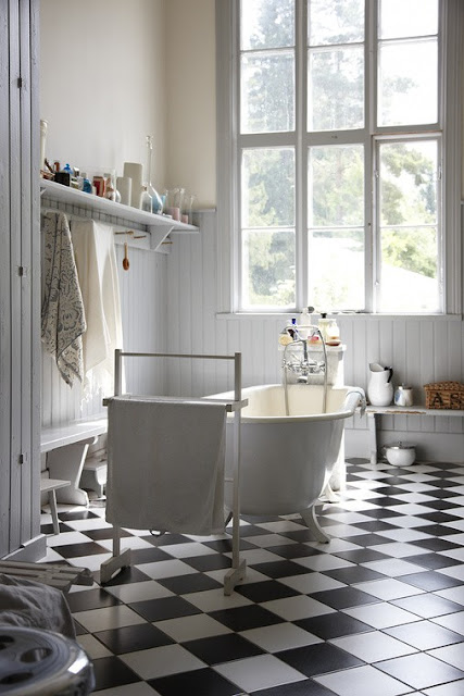 To da loos: Bathroom checkered chess floors
