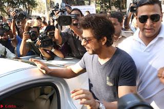 Shah Rukh Khan and Sachin Tendulkar Cast Their Vote For Bmc Election 2017 05.JPG